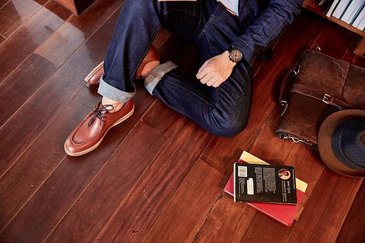 藍色西裝與磚色袋鼠鞋正在看書的男人