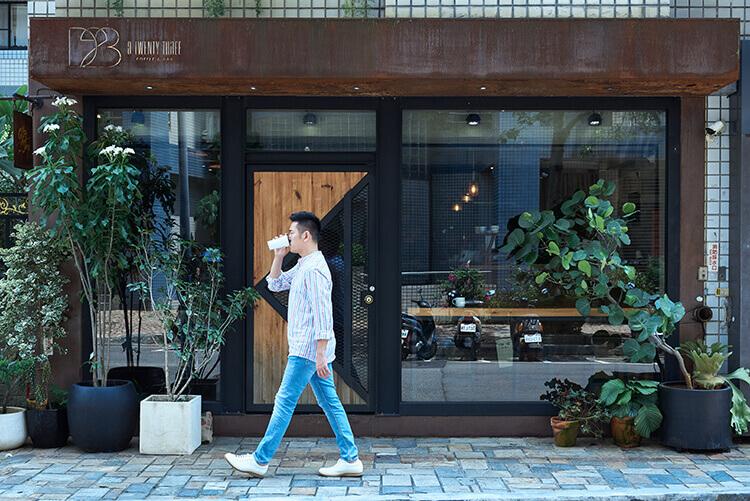 穿小白鞋喝咖啡走路的人