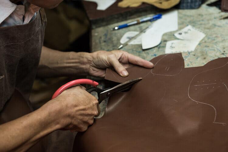 銀筆的裁切線條將畫好的鞋面進行裁剪