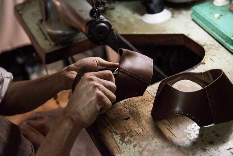 縫好後鞋裡進行修線頭的整理