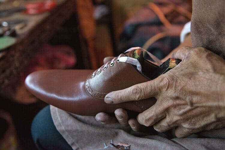 拉幫時將利用腿槌與拉力 小心翼翼將皮料在鞋楦上拉扯平整