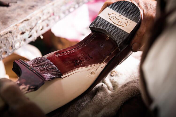 師傅將鞋底做上色拋色的後處理