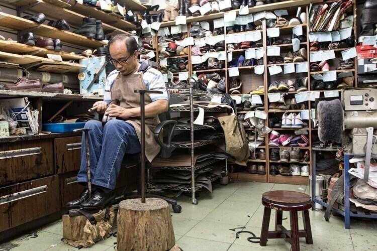 正在處理鞋子的阿亮師傅