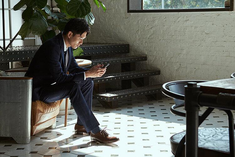深藍色西裝搭配咖啡色皮鞋的面試穿搭