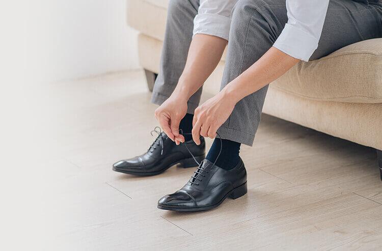 長度合宜且深色襪子的搭配讓整體視覺更完整
