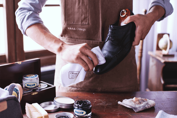 面試前檢視清潔皮鞋並擦亮鞋頭展現對面試的重視