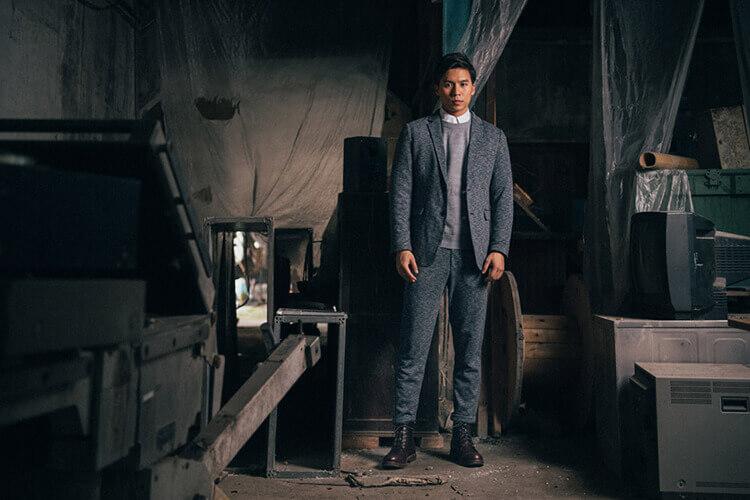 一名穿灰西裝的男人穿林果工作靴
