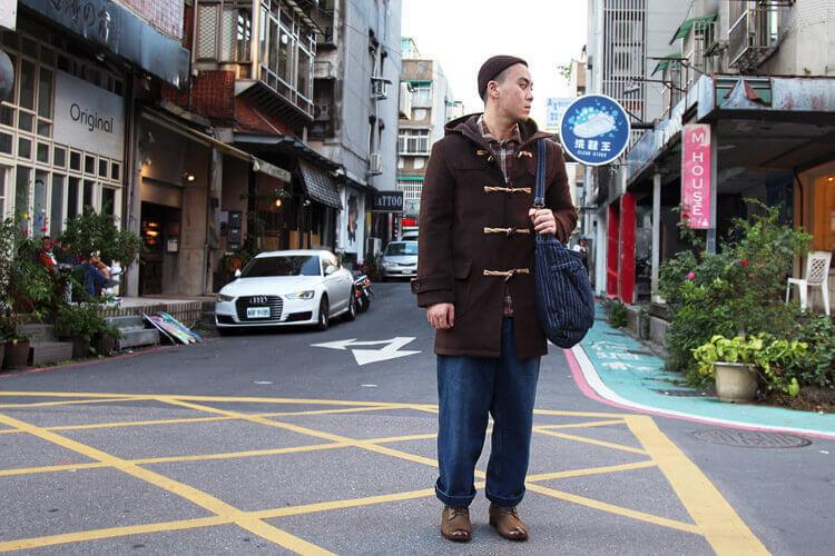 牛角釦大衣與寬褲與日式軍靴