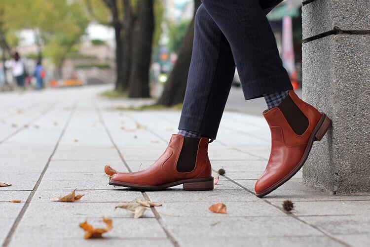 牛仔褲與格紋襪與磚紅色雀爾喜靴