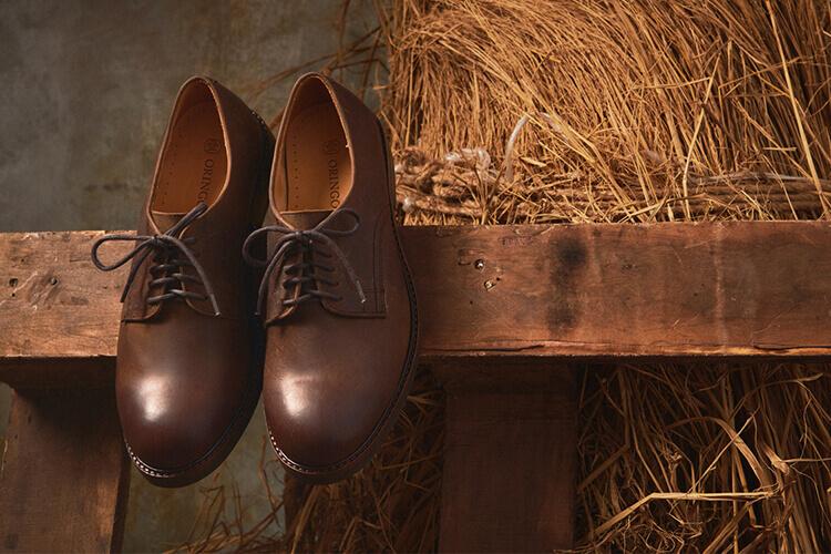 被展示的咖色德比工作鞋