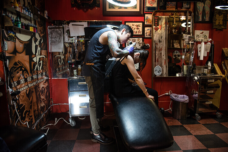 一名刺青師傅穿著工作鞋在工作