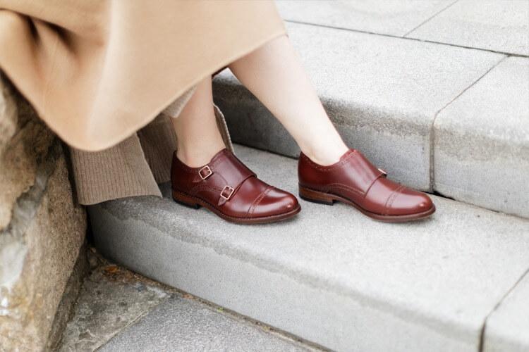 一名女人穿長裙搭配紅色雙釦孟克鞋