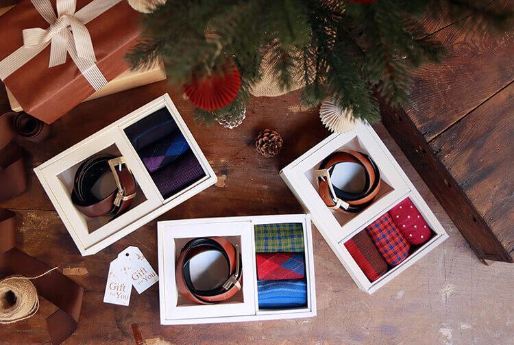真皮皮帶與彩色花襪組成的聖誕節禮物