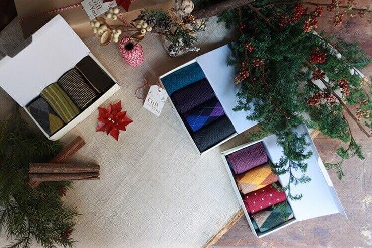 聖誕節禮物與彩色花襪