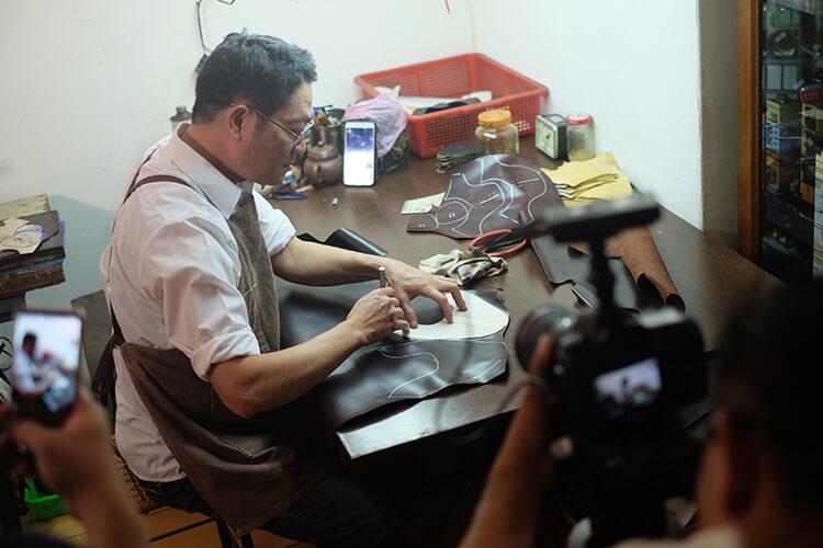 一名男人在畫皮製鞋