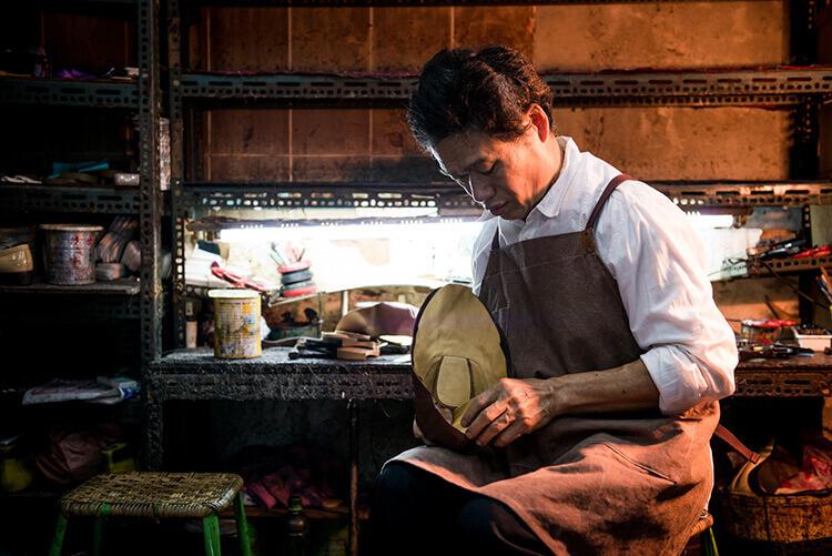 一名男人正專注製鞋