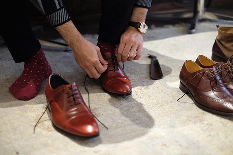 正在穿牛津鞋的男人