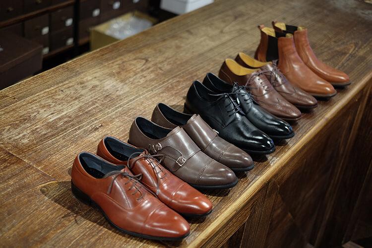 擺在桌上的紳仕鞋們與靴子