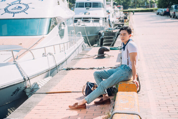 渡輪與一名穿著帆船鞋打扮休閒的男人