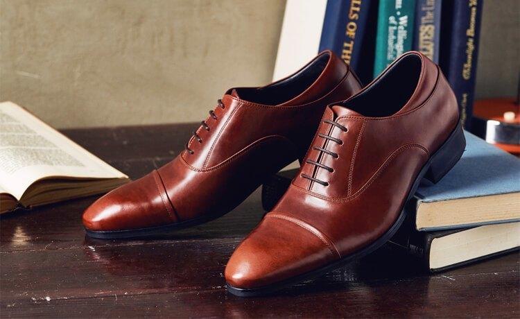 紅棕色牛津鞋架在書本上展示