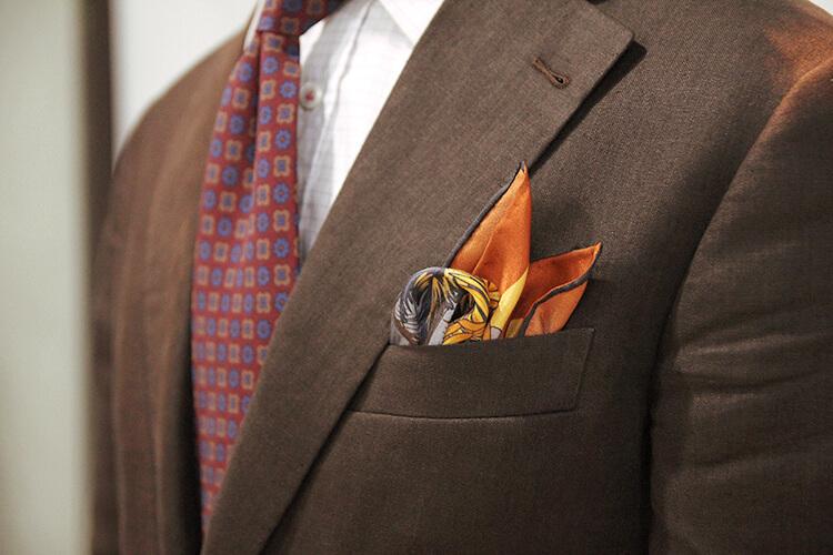 咖色西裝與花色領帶與圖騰口袋巾