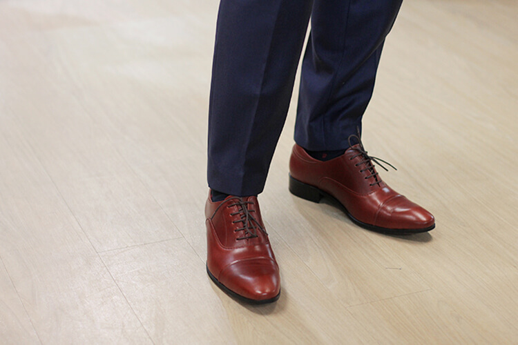 藍西裝褲與紅色基本牛津鞋