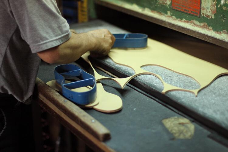 台灣師傅裁切皮革大底-台灣製造皮鞋
