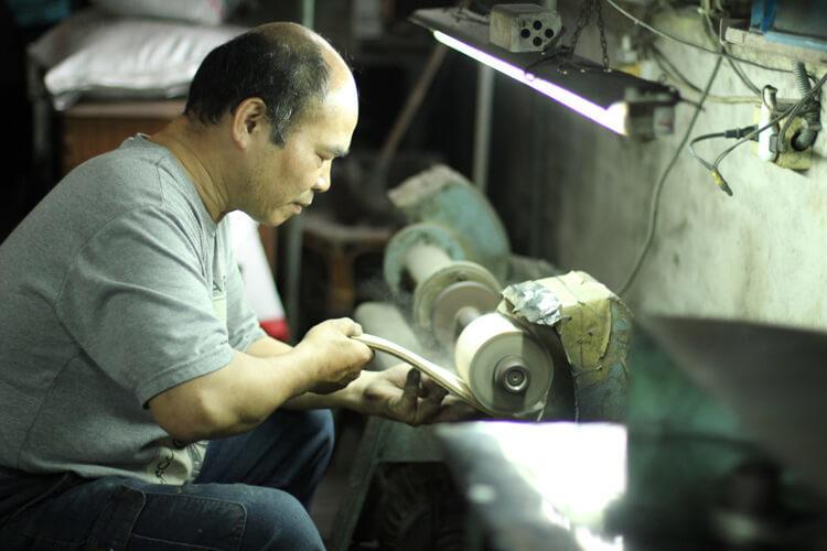 台灣師傅打磨皮革大底-台灣製造皮鞋