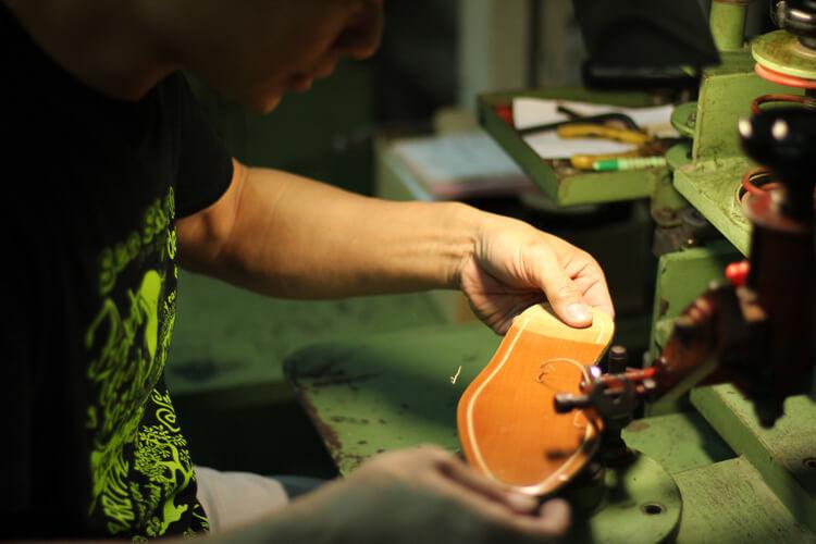 台灣師傅在皮革大底上挖出縫合溝槽-台灣製造皮鞋