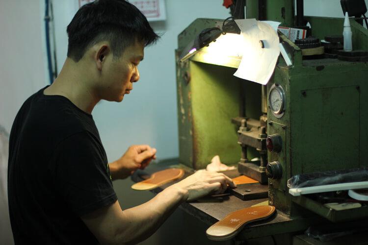 台灣師傅在皮革大底印上林果良品LOGO-台灣製造皮鞋