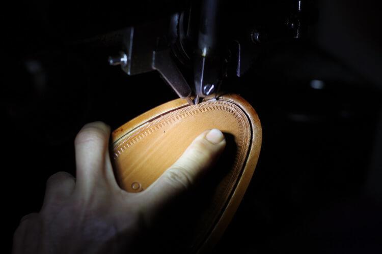 台灣師傅將皮大底與鞋面做縫合-台灣製造皮鞋
