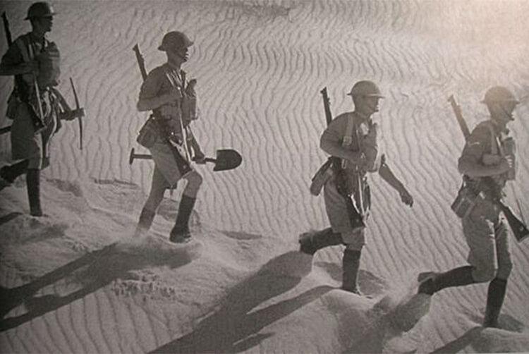 沙漠中行走的人