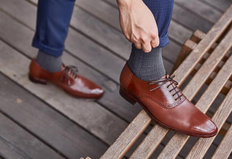 , 咖啡色皮鞋搭配灰色紳士襪