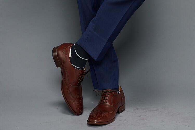 , 藍色西裝與咖啡色皮鞋搭配黑白條紋紳士襪