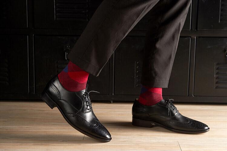 , 黑色西裝與黑色皮鞋搭配紅色蘇格蘭菱格紋紳士襪