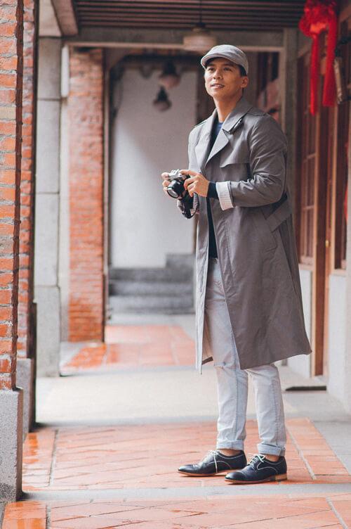 休閒牛仔褲與風衣搭配藏青色縫線雙色橫飾德比鞋