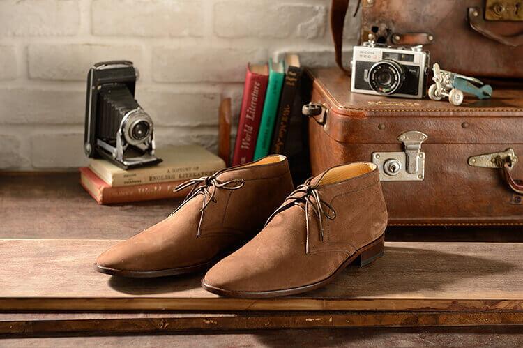 林果牛巴戈版本的皮底沙漠靴更偏向正式的查卡靴。
