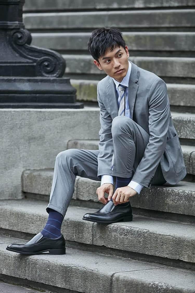 灰色西裝搭配黑色商務樂福鞋