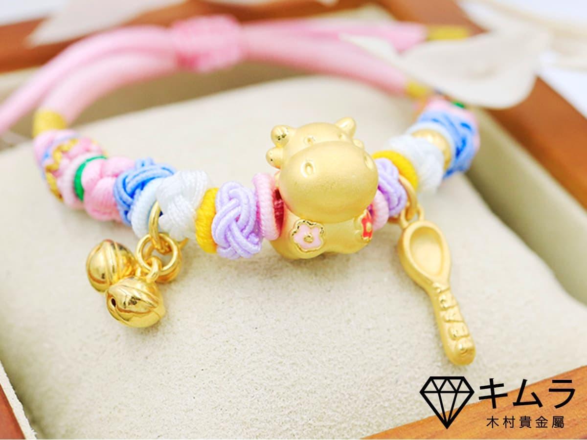 現今有許多創意的組合,金牛寶寶的生肖祝福,與金湯匙象徵的榮華富貴。