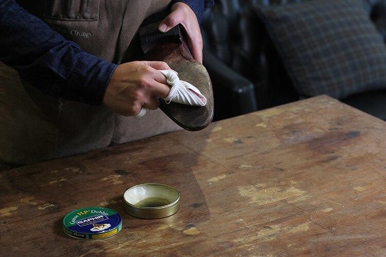 將海豹油塗抹在鞋底