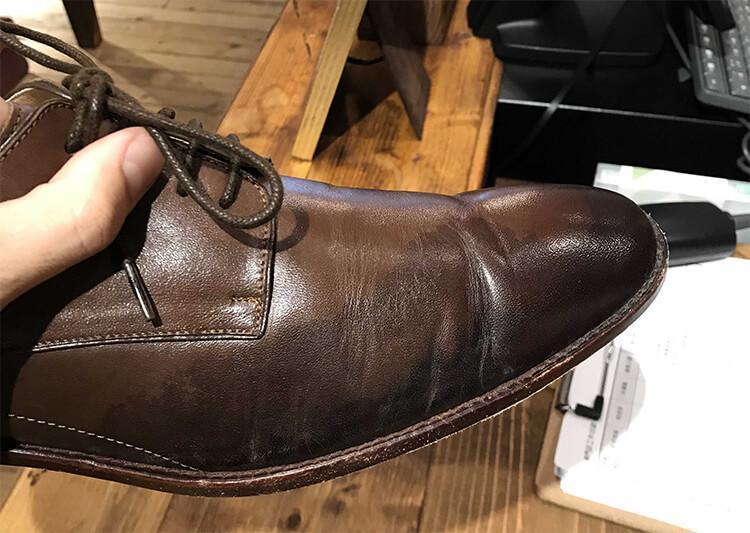 留下水痕與雨漬的皮鞋