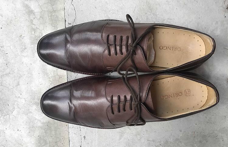 清潔處理後皮鞋上的水痕已淡化消失