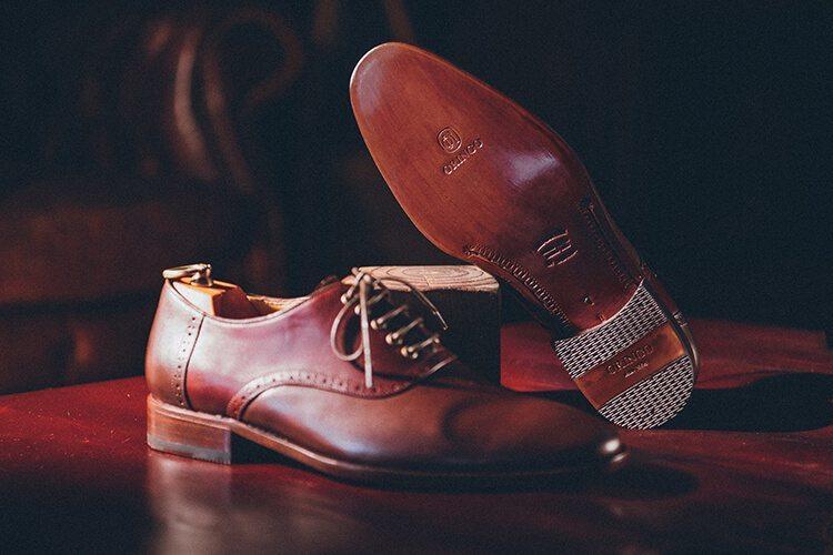 輕盈透氣的手工敲打皮革鞋底