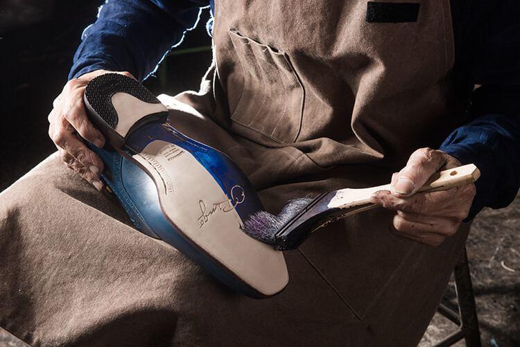 皮底皮鞋的上色與薄蠟製成