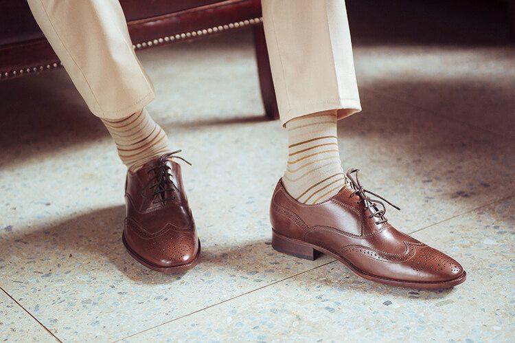 皮底皮鞋的鞋邊沿條做工細節