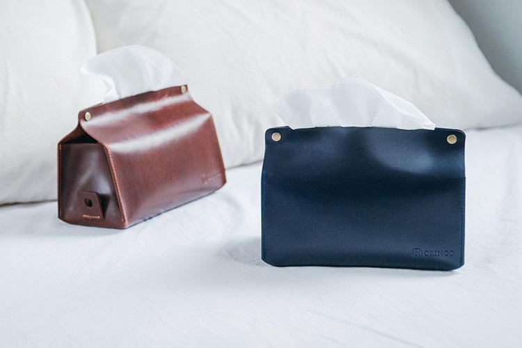 枕頭與兩個皮革面紙盒