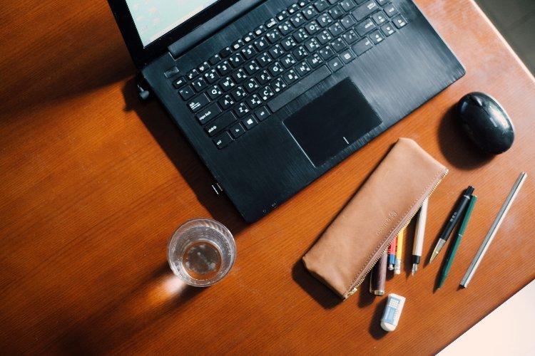 水杯與筆電與筆