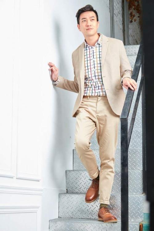 穿著亞麻西裝與牛津皮鞋正在下樓梯的男人