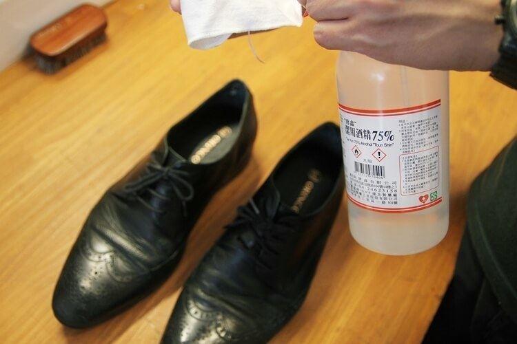 使用稀釋酒精擦拭鞋面消毒