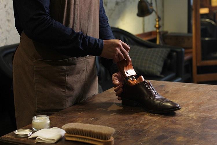 使用鞋撐提供皮鞋良好的支撐不變形